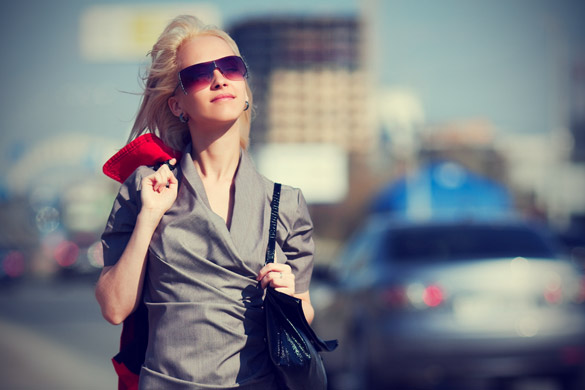Young-woman-walking-on-a-city-street